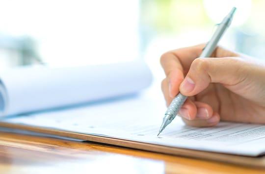写真:書類を書く様子